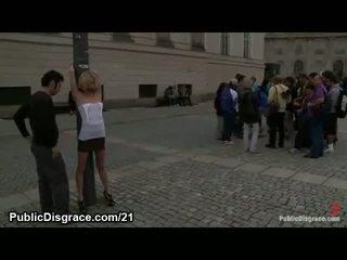 Rubia atada y stripped en público