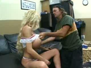 Blond kvinne med massiv pupper gets pounded