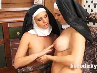 Two catholic nuns enjoying lesbisk kön