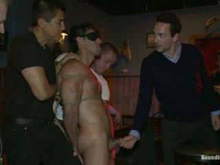 Sexy latijn stripper is humiliated en used als een seks object in voorzijde van een geil crowd.