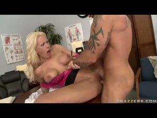 Sexbomb tanya james getting שלה מלוכלך cleft cracked על ידי a מפלצת jock