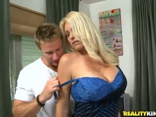 Charlee chase o oustanding tittied milf has feito amor por younger partner