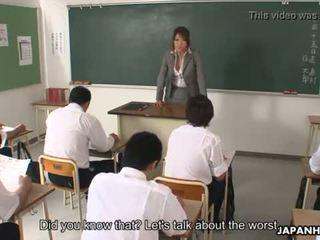 Nejaukas aziāti skolotāja nepieredzējošas un blowing viņai students