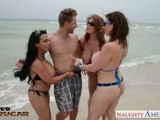 Cougars charlee chase, holly halston és sara jay baszás egy szerencsés diák