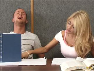 Drātēšanās a uzbudinātas blondīne iekšā klasesistaba
