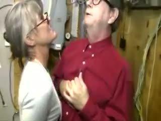 Uzbudinātas mammīte wants viņa dzimumloceklis uz viņai rokas tik viņa sākas