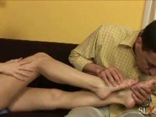 סקס תחושה: סקסי lulu loves strocking זין עם שלה רגליים