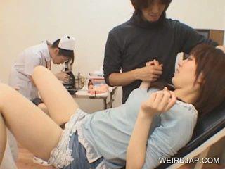 Japans tiener gets poesje toyed door geil dokter