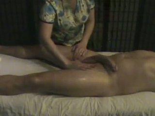 Pijat lembaga masseuse takes perawatan dari sebuah besar whi