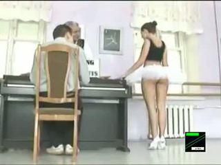 Grappig ballet dancer onder het rokje prank
