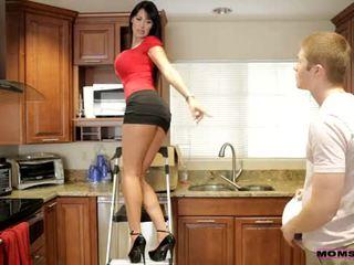 Moms õpetama seks - tema boyfriend jizzed edasi tema moms tissid