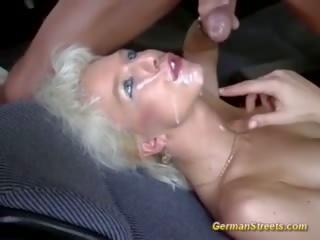 Đức picked lên vì xe hơi giới tính