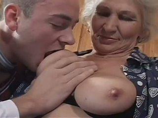 Baltie haired vecmāmiņa becomes a nejaukas paklīdusi sieviete par milzīgs jauns dzimumloceklis