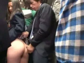 Skolniece sagrupētas līdz stranger uz a crowded autobuss