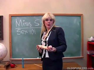 Saucy milf teaches u over haar poesje