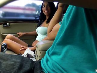 Ce fille est en la mood de suçage certains bite de son driver