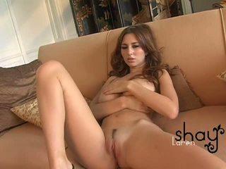 Naturlig boobed shay laren spreads henne rosa fittor på den soffan