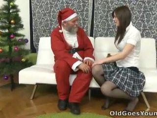Eski santa clause gives genç tugjob bir gift