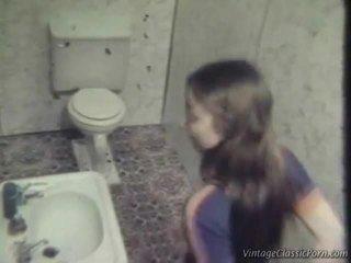 फक्किंग onto the washroom फ्लोर