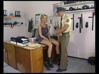 cô gái tóc vàng, bộ ngực to, quân nhân