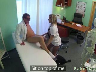 Karstās medmāsa gets vāvere licked un fucked līdz ārsts