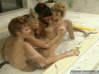 Anna malle ir tiffany mynx apie a išdykęs burbulas vonia session su dalis girlfriends