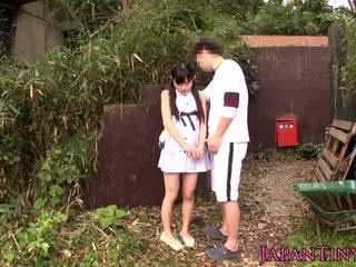 Klein japans babe geneukt tussen benen outdoors