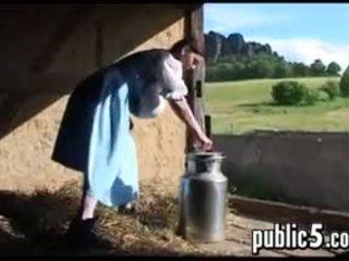 Mammīte milking viņai liels pupi outdoors