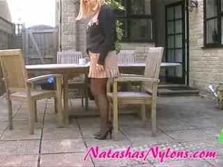Casalinga in marrone collant stiletto alto tacchi e mini gonna