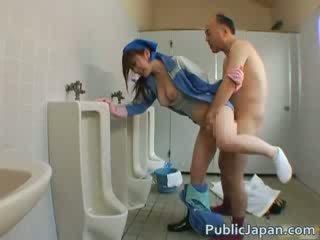 Aziāti beauty ir uzkopšana the mens istaba