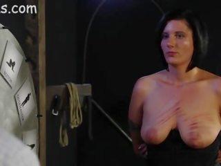 Meitene pakaļa brutally caned