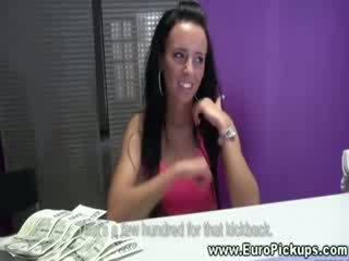 Tenger hottie gets geld aanbod naar tonen haar heet lichaam