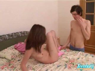 Fata gets inpulit în o lung fusta pe camera