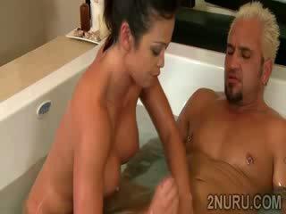 褐发女郎 juggy sucks 和 fucks 巨大 dong 在 热 bathtub