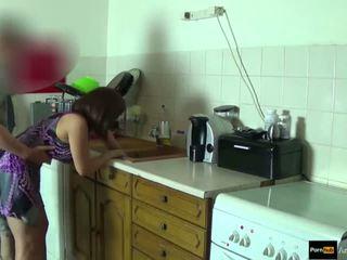 Step-mom сила трахкав і отримати кінчання по step-son в той час як вона є stuck