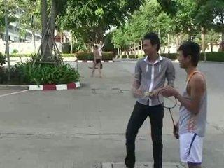 Homo aziatisch jonge homo sucks two cocks