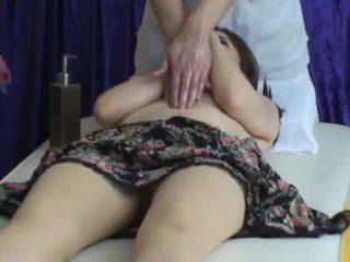 Spycam reluctant vrouw seduced door masseur 2