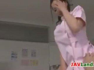 Skaistas japānieši medmāsa plays ar a dzimumloceklis