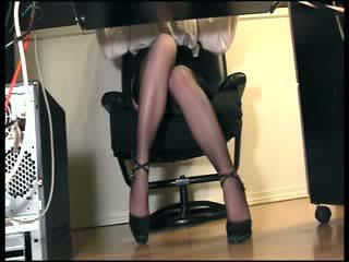 Sekretarka masturbacja w pończochy pod biurko ukryty podglądanie widok