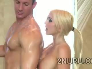 Grand stacked blondie seduces hunky perv en la douche