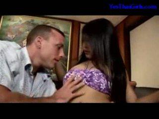 Thailändska flicka sugande kuk getting henne fittor körd på den säng
