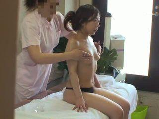 אישה used על ידי לסבית masseuse