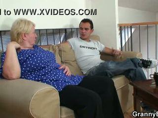 Стар бабичка pleases an млад guy