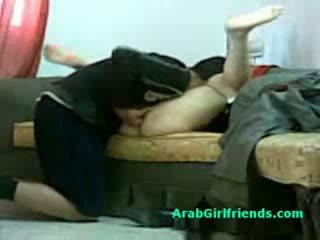 Muslim 女人 spread 她的 腿 和 gets 的阴户 licked