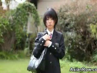 Aziatisch schoolmeisje shows haar blank slipjes