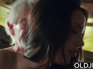 Sexy násťročné likes na dostať fucked podľa starý otec the starý človek.