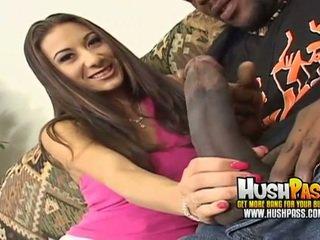 Hot kvinne gets en stor svart pikk i henne rosa fitte