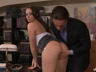 Skirted secretaresse is geneukt slecht chanel preston