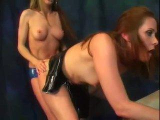 Alexandra silkki ja hänen kuuma perse ystävä nauttia a bitti of strap päällä kukko toiminta