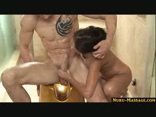Aziatisch vol lichaam massage met reusachtig cumshot